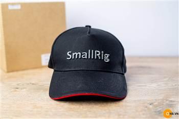 Trên tay nó Smallrig Cap Base Ball chính hãng logo